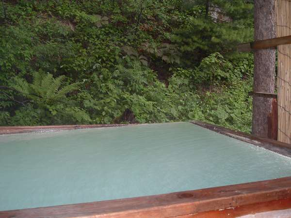 若葉に囲まれた露天風呂