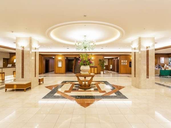 館内にお入りいただくと木のぬくもりを感じる 明るく開放感のあるロビーが印象的です!