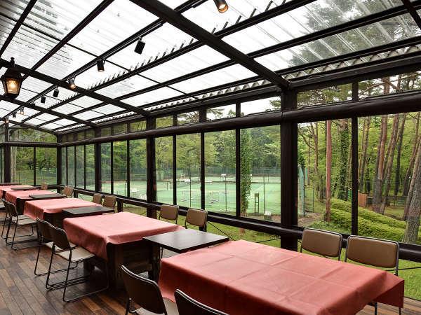 *【本館レストランテラス兼団体BBQスペース】ペット同伴OKのバーベキュー&ディナー&朝食スペース。