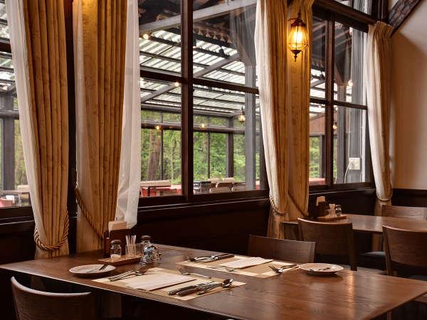*【本館レストラン】大きな窓と木のぬくもりを感じるレストラン。どうぞごゆっくりお過ごし下さい。