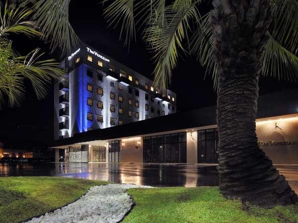 『ザ・べネシアン』ブランドのホテル棟とココスガーデン。非日常な南国の異国情緒を!!
