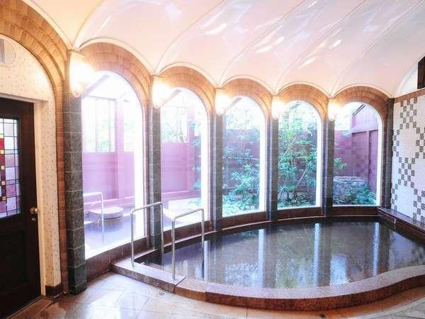 【温泉浴室】ドーム型の天井やステンドグラス、アールデコ調のタイルデザインなど、洋館にふさわしい温泉。