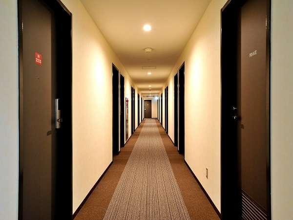 モダンな雰囲気の廊下。カーペットスタイルなので落ち着きがあります。