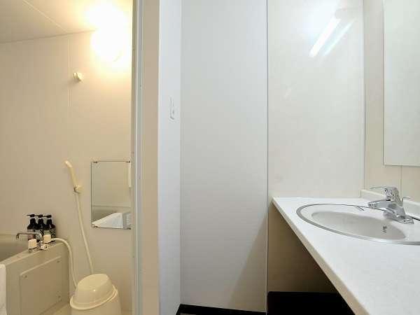 オシャレな洗面化粧室。浴室と独立しており、2人利用時も安心☆