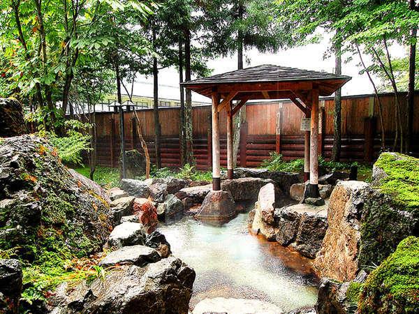 大きな庭園の中にある自然派露天風呂。夜にはライトアップもされ幻想的に。