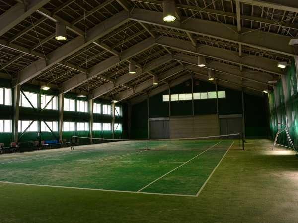 屋内テニスコートでは天候を問わず体を動かすことができます(事前にご予約ください)