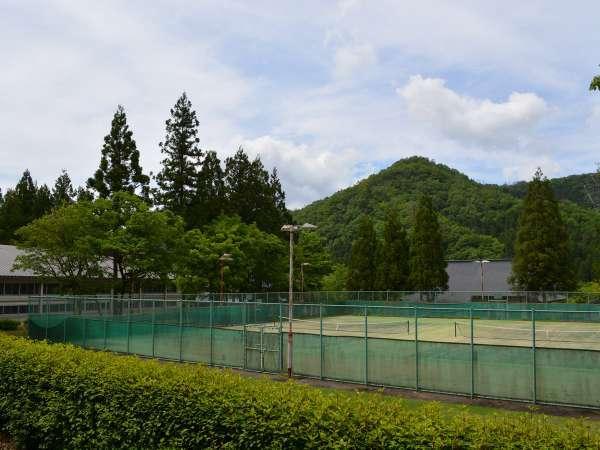 天気が良い日は緑に囲まれたテニスコートで汗を流しましょう(事前にご予約ください)