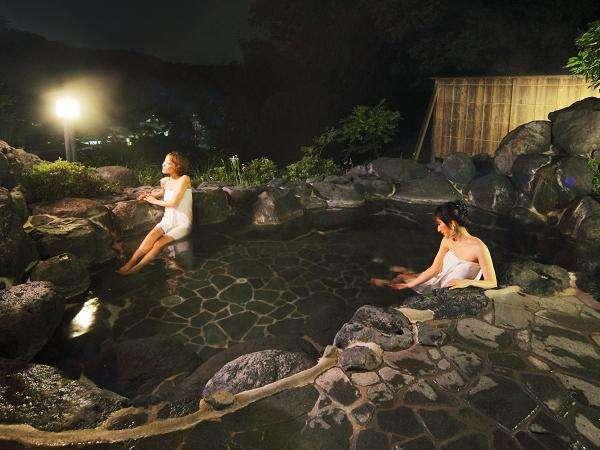夜の貸切露天風呂を存分にお楽しみくださいませ。