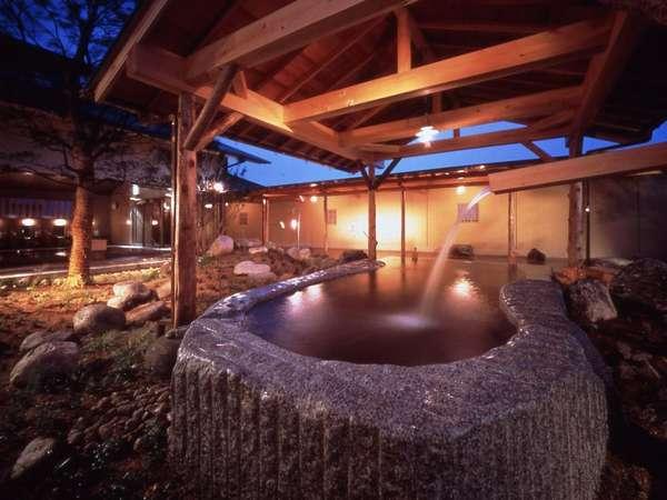一枚岩の露天風呂:ひとつの岩を半分に割り、男女用の2つに分けました。