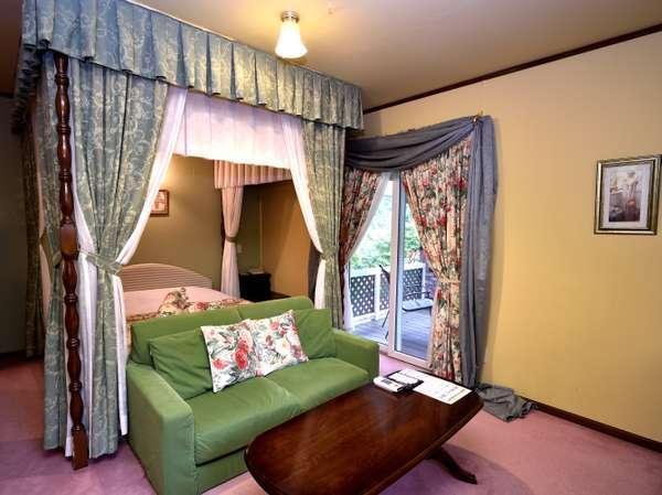 露天風呂&天蓋付ダブル(112号室)です内装はサンダーソンが基調です