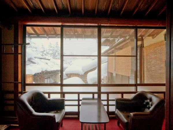 大正レトロな雰囲気の客室。冬の窓の外は素敵な雪景色(一例).