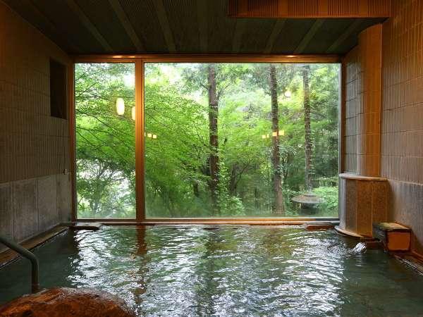 【男性風呂■真秀の湯】真秀の湯。自然の中、温泉に浸かっているような開放感がたまらない