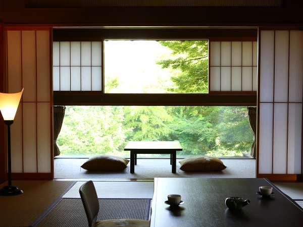 部屋の中で静かに愛でる信州の自然。春夏は緑の美しさ、秋は紅葉、冬は雪景色をお楽しみください。