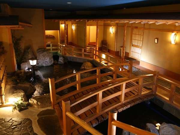 【館内の様子】滝と橋が設けられ、豊かな自然との調和を基本とした和みの空間