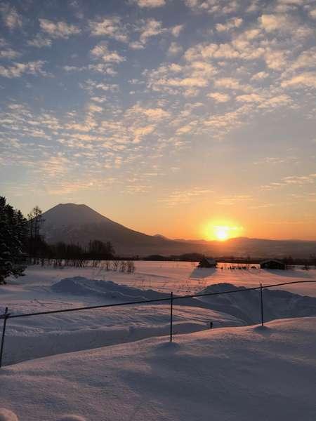 窓から見える朝日