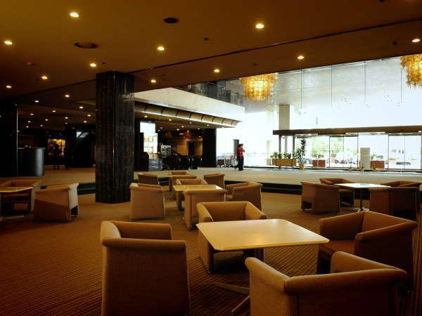 解放感と落ち着きのあるホテルらしいロビースペース