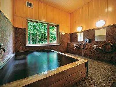 木の香りとBGMで癒してくれる浴室