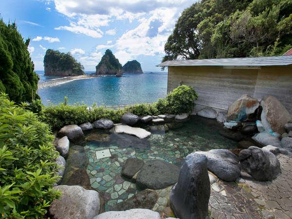 ☆【渚の露天風呂(殿方用)】海岸線の際にあり、三四郎島と瀬浜海岸を堪能できます。