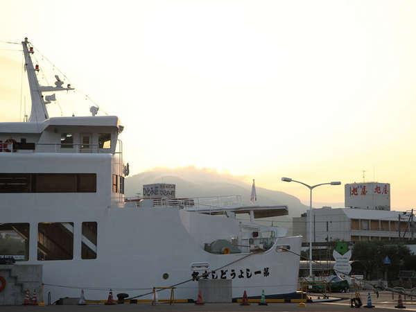 小豆島で一番船の発着が多い港、土庄(とのしょう)港から見えます!