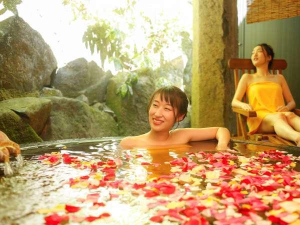 人気の貸切露天風呂『天水』。小鳥のさえずりを聞きながら極上のひとときを。40分/回・通常2200円~