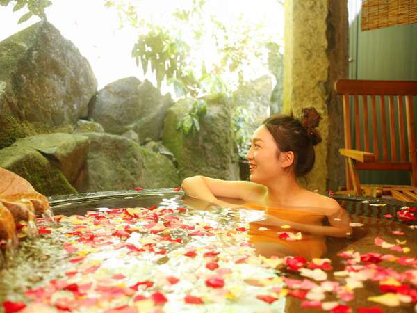 人気の貸切露天風呂『天水』。小鳥のさえずりを聞きながら極上のひとときを。40分/回・2200円~(2名~)