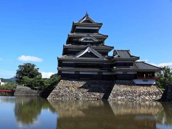 北アルプスの風景に映える漆黒の烏(カラス)城 国宝松本城!当館から車で約15分♪
