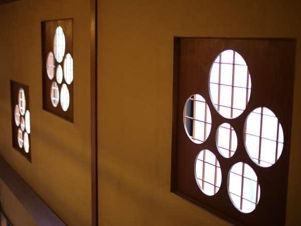 木をふんだんに使用した温もりのある館内。モダンな梅のデザインがポイントです。