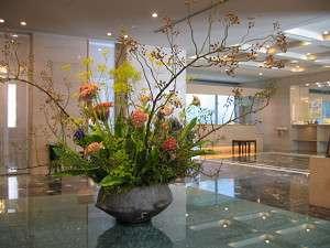 【ロビーのお花】毎週季節の花を生け替え。