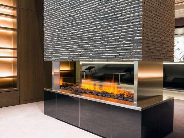新しいロビーの中心には暖炉(電気式)があります