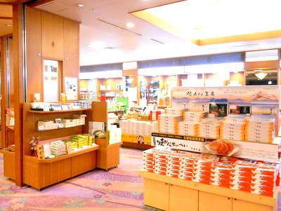 1階売店「万葉」お土産を選ぶならこちらへ。