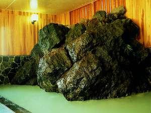 巨大な岩でびっくり!西館1階「白肌の湯」