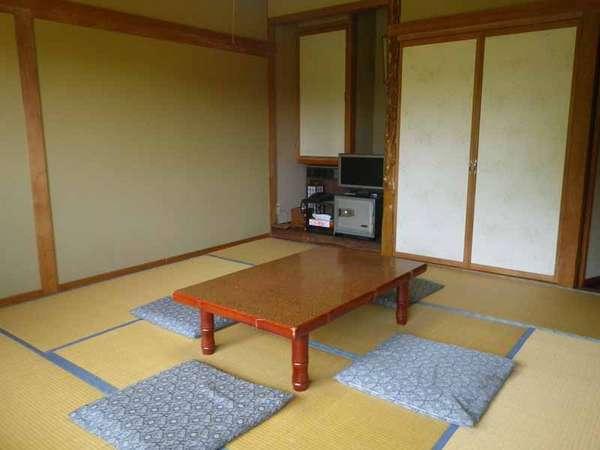 *【客室一例】東側の部屋からは浅間山を、西側はカラマツ林を望むことができます。