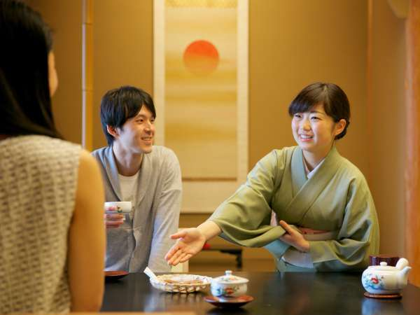 仲居さんの笑顔に旅の疲れも癒される。