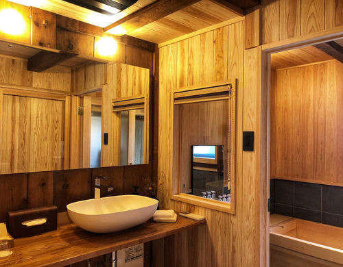 木の優しい香りに包まれ、檜風呂ならではのバスタイムをお愉しみください