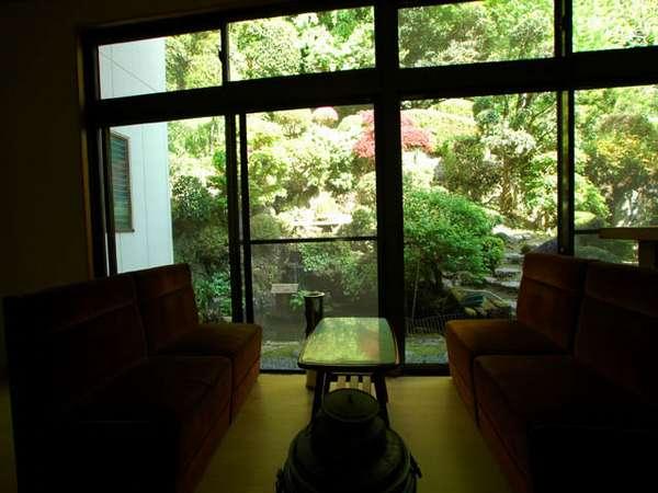 1階喫煙所。外には小さな池に鯉の泳ぐこぢんまりとした庭があります