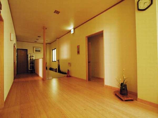 2階の部屋を出ると広めの廊下が広がる。右側の入り口が共同トイレです