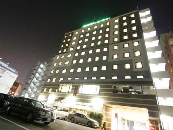 ◇【ホテル外観・夜】緑のライトが目印です!