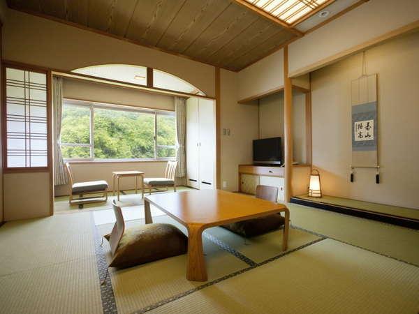 【和室10畳】全室渓谷側ですので窓からは四季折々の渓谷美を眺めることができます。