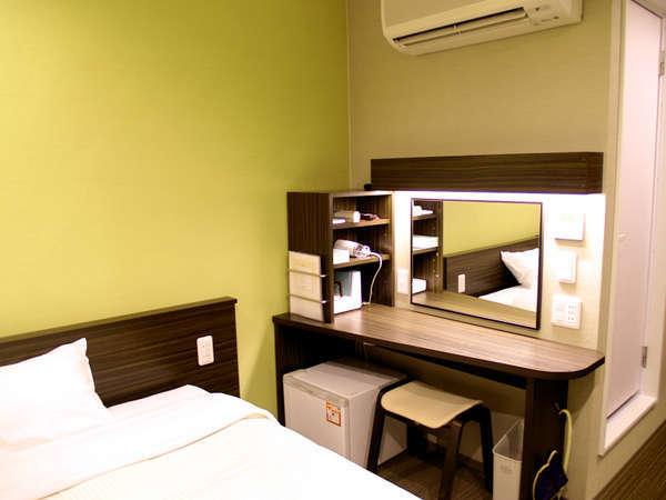 【禁煙リニューアルシングル】明るく機能的なお部屋。12平米。明るいデスクライトでお仕事もはかどります。