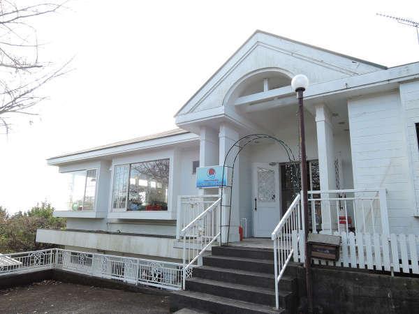 *【外観】当館は伊豆高原と相模湾の間に建つアットホームな雰囲気のペンションです。