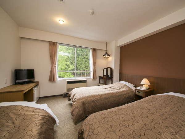 ツイン客室に3名様一室でご利用になる際は、ソファーベッド(写真左のベッド)が入ります(普段はソファ)