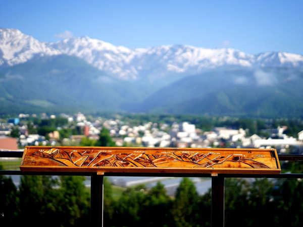 【テラス】白馬三山を眺める展望台。手作りの木製、山脈案内のオブジェもございます