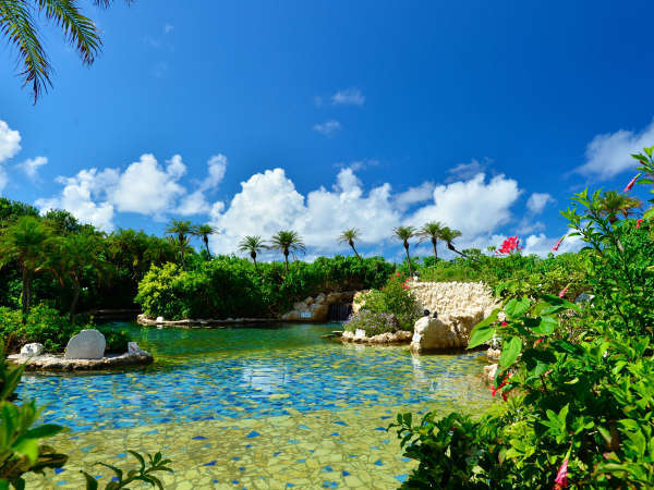 【シギラ黄金温泉(リゾート内)/ジャングルプール】みんなで楽しめる水着で入るジャングルプールです。