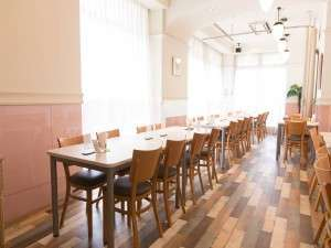 1階レストラン朝食会場7:00~9:30迄軽朝食を無料でご用意しております。