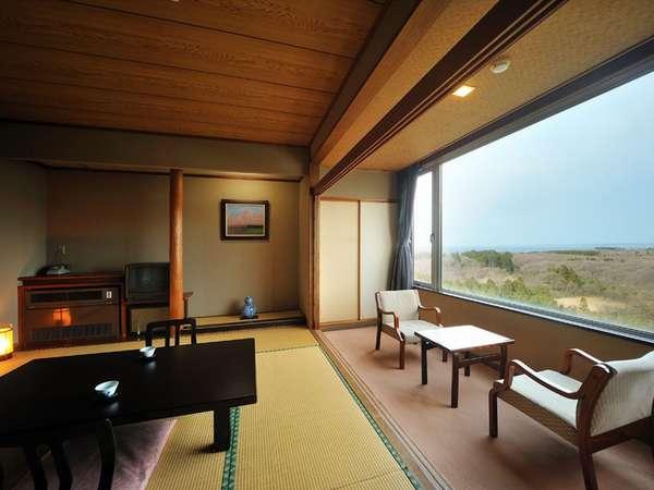 【本館和室タイプ】左側に日本海!正面には寒風山!!眼下には樹海が広がります