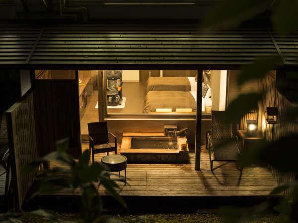 夜の客室露天風呂(檜)