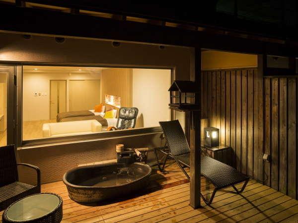 夜の客室露天風呂(陶器)