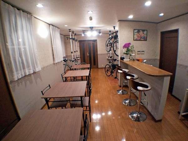 【食堂兼喫茶室】サイクリストのお客様のためにスタンドを設置。夜のコーヒータイム、朝の朝食に利用。