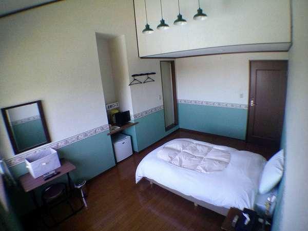 シングルルーム(一般タイプ) もとペンションのツインをシングル化、広くて天井が高く開放感あるお部屋。