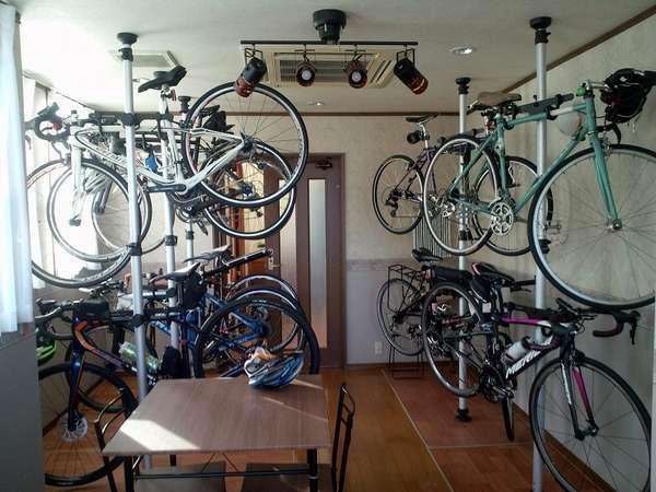 食堂兼喫茶室内に設けられた自転車保管スペース